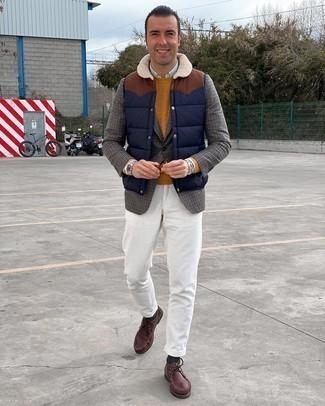 Come indossare e abbinare un maglione girocollo terracotta: Scegli un maglione girocollo terracotta e chino di velluto a coste bianchi per un look semplice, da indossare ogni giorno. Chukka in pelle bordeaux sono una interessante scelta per completare il look.