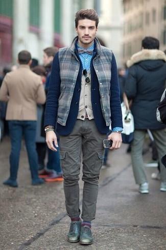 Come indossare e abbinare: gilet di lana a quadri blu scuro, blazer di lana lavorato a maglia blu scuro, maglione senza maniche beige, camicia elegante a pois blu