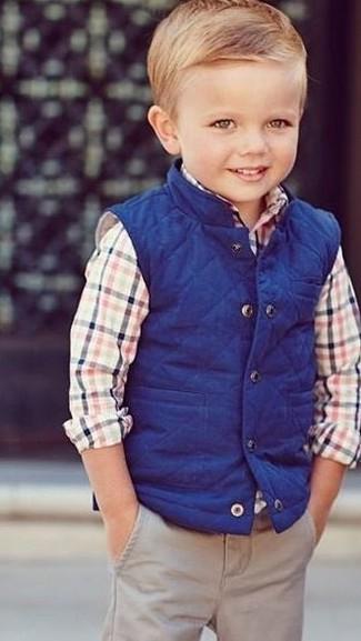 Come indossare e abbinare: gilet blu, camicia a maniche lunghe multicolore, pantaloni beige