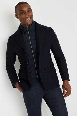 Come indossare e abbinare: gilet blu scuro, blazer di lana blu scuro, chino scozzesi blu scuro
