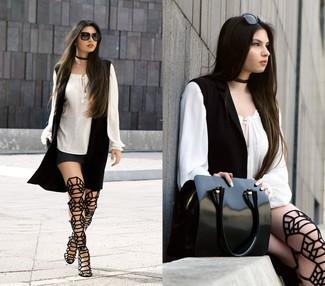 Come indossare e abbinare: gilet nero, camicetta estiva bianca, minigonna grigio scuro, sandali gladiatore alti in pelle scamosciata neri