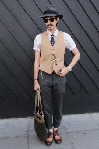 Trend da uomo 2020: Metti un gilet marrone chiaro e chino grigio scuro per un look elegante e di classe. Scarpe brogue in pelle marrone chiaro sono una eccellente scelta per completare il look.