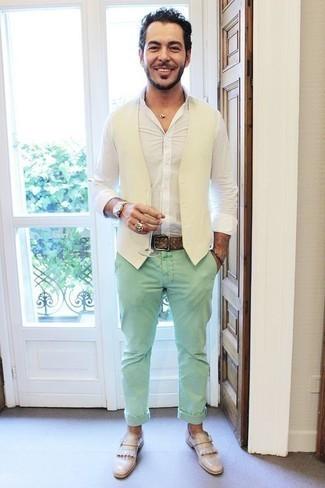 Come indossare e abbinare una camicia a maniche lunghe bianca: Scegli una camicia a maniche lunghe bianca e chino verde menta per affrontare con facilità la tua giornata. Scegli un paio di mocassini eleganti in pelle con frange beige come calzature per un tocco virile.