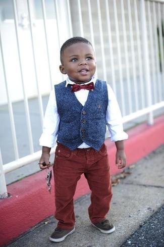 Come indossare: gilet blu scuro, camicia a maniche lunghe bianca, jeans bordeaux, sneakers marrone scuro