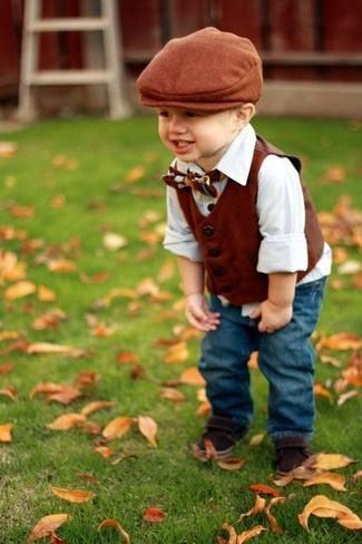 Come indossare e abbinare: gilet marrone, camicia a maniche lunghe bianca, jeans blu, sandali marrone scuro