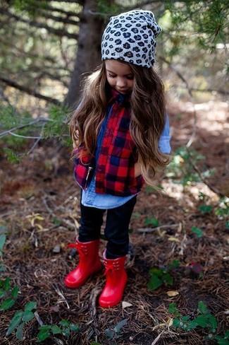 Come indossare e abbinare: gilet rosso, camicia a maniche lunghe di jeans blu, leggings neri, stivali di gomma rossi