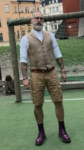 Come indossare e abbinare: gilet di lana marrone chiaro, camicia a maniche lunghe bianca, pantaloncini marrone chiaro, stivali casual in pelle melanzana scuro