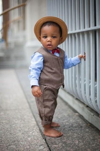 Come indossare e abbinare: gilet marrone, camicia a maniche lunghe azzurra, pantaloni marroni, borsalino di paglia marrone chiaro