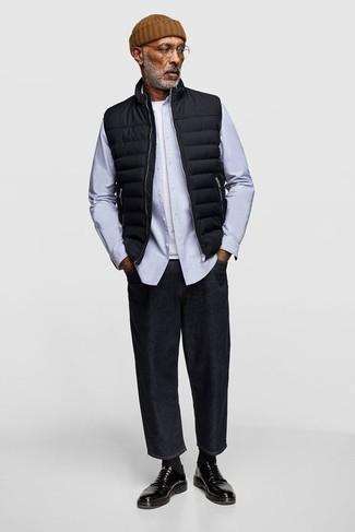 Trend da uomo 2020 in autunno 2021: Coniuga un gilet trapuntato nero con jeans neri per un look trendy e alla mano. Impreziosisci il tuo outfit con un paio di scarpe derby in pelle nere. Una eccellente scelta per essere cool e alla moda anche durante la stagione transitoria.