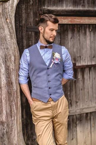 Come indossare e abbinare: gilet azzurro, camicia elegante azzurra, chino marrone chiaro, papillon stampato marrone