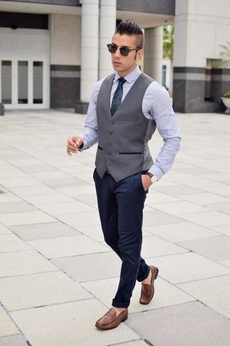 Come indossare e abbinare una cravatta mimetica blu scuro: Coniuga un gilet grigio scuro con una cravatta mimetica blu scuro per un look elegante e alla moda. Se non vuoi essere troppo formale, indossa un paio di mocassini eleganti in pelle marroni.