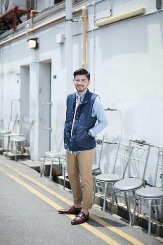 Come indossare e abbinare chino marrone chiaro: Abbina un gilet trapuntato blu scuro con chino marrone chiaro per vestirti casual. Mettiti un paio di scarpe double monk in pelle bordeaux per un tocco virile.