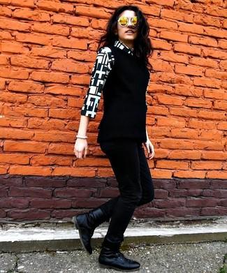 Come indossare e abbinare: gilet nero, camicia elegante geometrica nera e bianca, jeans aderenti neri, stivali piatti stringati in pelle neri
