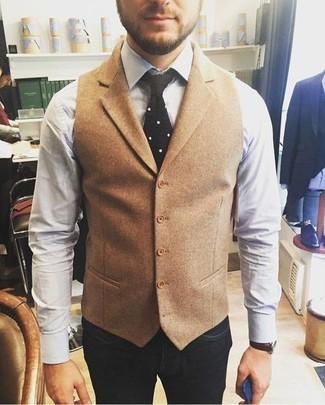 Come indossare e abbinare: gilet di lana marrone chiaro, camicia elegante bianca, jeans blu scuro, cravatta lavorata a maglia nera