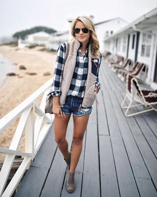 Come indossare e abbinare: gilet beige, camicia elegante a quadri blu scuro e bianca, pantaloncini di jeans blu scuro, stivaletti in pelle scamosciata grigi