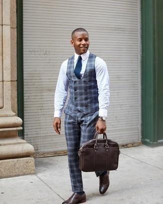 Come indossare e abbinare un bracciale grigio: Metti un gilet scozzese grigio scuro e un bracciale grigio per un look spensierato e alla moda. Scegli un paio di scarpe oxford in pelle marrone scuro come calzature per mettere in mostra il tuo gusto per le scarpe di alta moda.