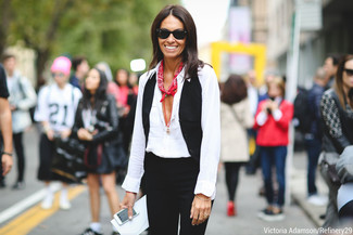Come indossare e abbinare: gilet nero, camicia elegante bianca, pantaloni skinny neri, bandana stampata rossa