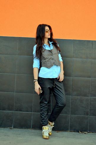 Come indossare e abbinare un gilet in pelle grigio scuro: Potresti indossare un gilet in pelle grigio scuro e pantaloni sportivi in pelle neri per una sensazione di semplicità e spensieratezza. Un paio di sneakers alte dorate si abbina alla perfezione a una grande varietà di outfit.
