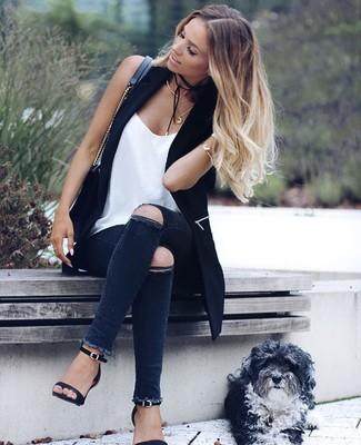 Come indossare: gilet nero, canotta di seta bianca, jeans aderenti strappati grigio scuro, sandali con tacco in pelle neri