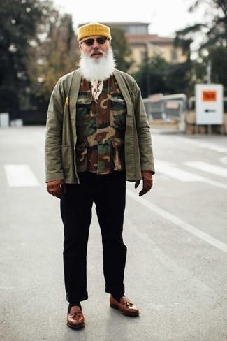 Moda uomo anni 60: Scegli un outfit composto da un gilet mimetico marrone e chino neri per un outfit comodo ma studiato con cura. Sfodera il gusto per le calzature di lusso e scegli un paio di mocassini con nappine in pelle marroni.