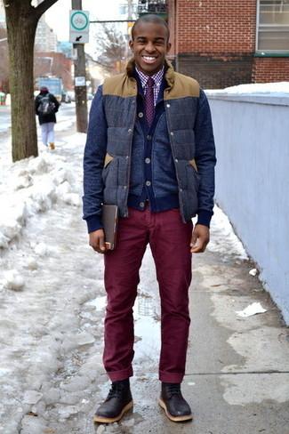 Come indossare e abbinare: gilet di lana blu scuro, cardigan blu scuro, camicia elegante a quadretti bianca e rossa, jeans di velluto a coste bordeaux