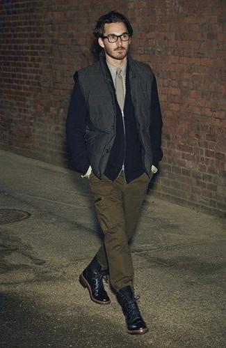 Come indossare e abbinare: gilet nero, cardigan con zip nero, camicia elegante beige, pantaloni cargo verde oliva