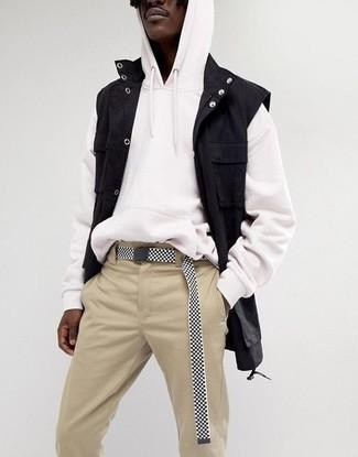 Come indossare: gilet di jeans nero, felpa con cappuccio bianca, chino beige, cintura di tela nera e bianca