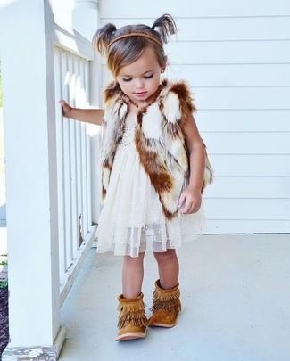 Come indossare: gilet di pelliccia bianco, vestito di pizzo bianco, stivali in pelle scamosciata con frange marrone chiaro