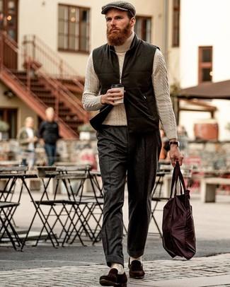 Come indossare e abbinare pantaloni eleganti di lana grigio scuro: Abbina un gilet di lana nero con pantaloni eleganti di lana grigio scuro come un vero gentiluomo. Questo outfit si abbina perfettamente a un paio di mocassini eleganti in pelle scamosciata marrone scuro.