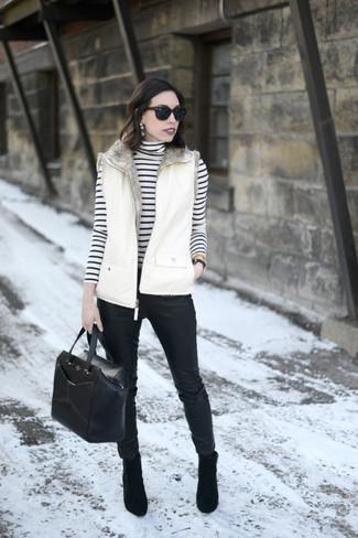Come indossare e abbinare: gilet bianco, dolcevita a righe orizzontali bianco e nero, pantaloni skinny in pelle neri, stivaletti in pelle scamosciata neri