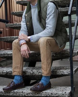 Come indossare e abbinare un gilet trapuntato verde oliva: Punta su un gilet trapuntato verde oliva e jeans marrone chiaro per affrontare con facilità la tua giornata. Ispirati all'eleganza di Luca Argentero e completa il tuo look con un paio di scarpe da barca in pelle marrone scuro.