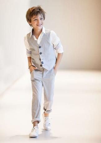 Come indossare e abbinare: gilet grigio, camicia a maniche lunghe bianca, pantaloni grigi, sneakers bianche