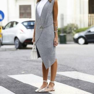 Come indossare e abbinare: gilet grigio, canotta bianca, ballerine in pelle bianche, borsa shopping in pelle bianca