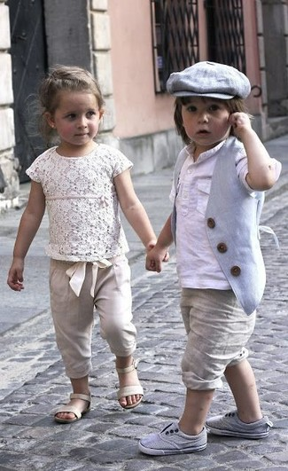 Come indossare e abbinare: gilet grigio, t-shirt manica lunga bianca, pantaloncini beige, sneakers grigie