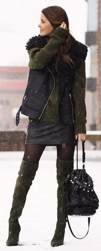 Un gilet di shearling nero e una minigonna in pelle nera sono un outfit perfetto da sfoggiare nel tuo guardaroba. Rifinisci il completo con un paio di stivali sopra il ginocchio in pelle scamosciata verde oliva.