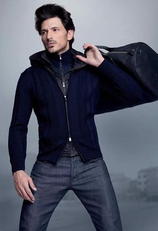 Come indossare e abbinare: gilet nero, maglione con zip blu scuro, cardigan con zip blu scuro, jeans blu scuro