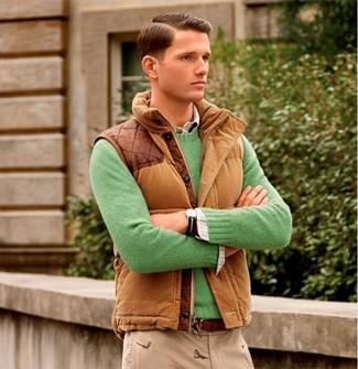 Come indossare e abbinare: gilet marrone, maglione girocollo verde, camicia a maniche lunghe scozzese bianca, chino beige