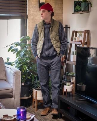 Come indossare e abbinare chino blu scuro: Scegli un outfit composto da un gilet trapuntato verde oliva e chino blu scuro per un look trendy e alla mano. Sfodera il gusto per le calzature di lusso e scegli un paio di chukka in pelle scamosciata marroni.
