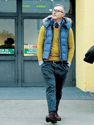 Come indossare e abbinare: gilet trapuntato blu, maglione girocollo verde oliva, camicia di jeans azzurra, chino neri