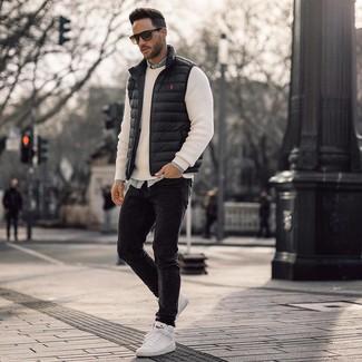 Come indossare e abbinare: gilet nero, maglione girocollo bianco, camicia di jeans azzurra, jeans aderenti neri