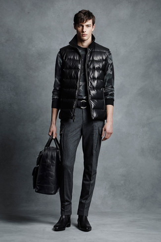 Come indossare e abbinare: gilet nero, maglione girocollo mimetico grigio scuro, pantaloni eleganti di lana grigio scuro, stivali chelsea in pelle neri