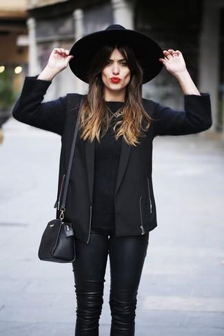 Come indossare e abbinare: gilet nero, maglione girocollo nero, pantaloni skinny in pelle neri, borsa a tracolla in pelle nera