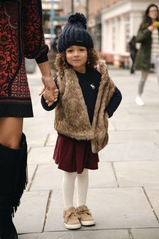 Come indossare e abbinare: gilet di pelliccia marrone, maglione nero, gonna bordeaux, sneakers marrone chiaro