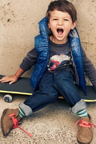 Come indossare: gilet blu, maglione grigio scuro, jeans blu scuro, chukka marrone chiaro