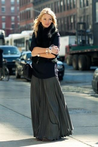 Come indossare: gilet di pelliccia nero, maglione oversize blu scuro, gonna lunga a pieghe grigio scuro, stivaletti in pelle scamosciata marrone scuro