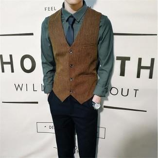 Trend da uomo: Prova a combinare un gilet marrone con chino neri per una silhouette classica e raffinata