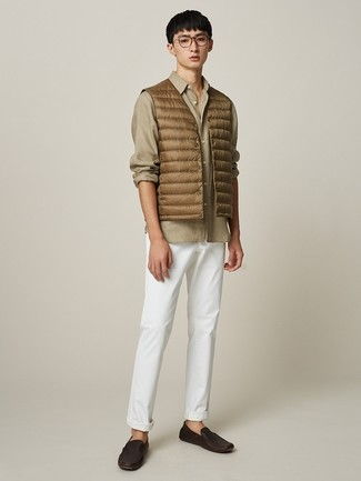 Come indossare: gilet marrone chiaro, camicia a maniche lunghe marrone chiaro, chino bianchi, mocassini driving in pelle marrone scuro