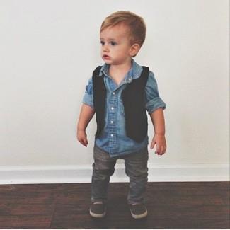 Come indossare: gilet nero, camicia a maniche lunghe di jeans blu, jeans grigi, mocassini eleganti marrone scuro