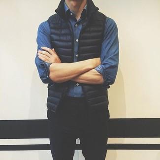Come indossare e abbinare: gilet nero, camicia di jeans blu, chino neri