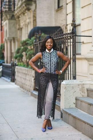 Come indossare: gilet di pizzo nero, camicia senza maniche bianca, jeans aderenti grigi, décolleté di raso decorati blu